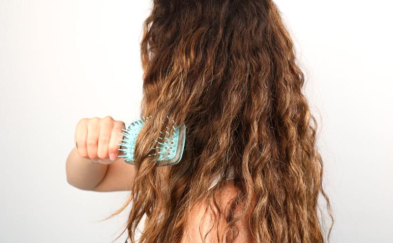 Cómo desenredar el cabello, cuidarlo y eliminar los molestos nudos.
